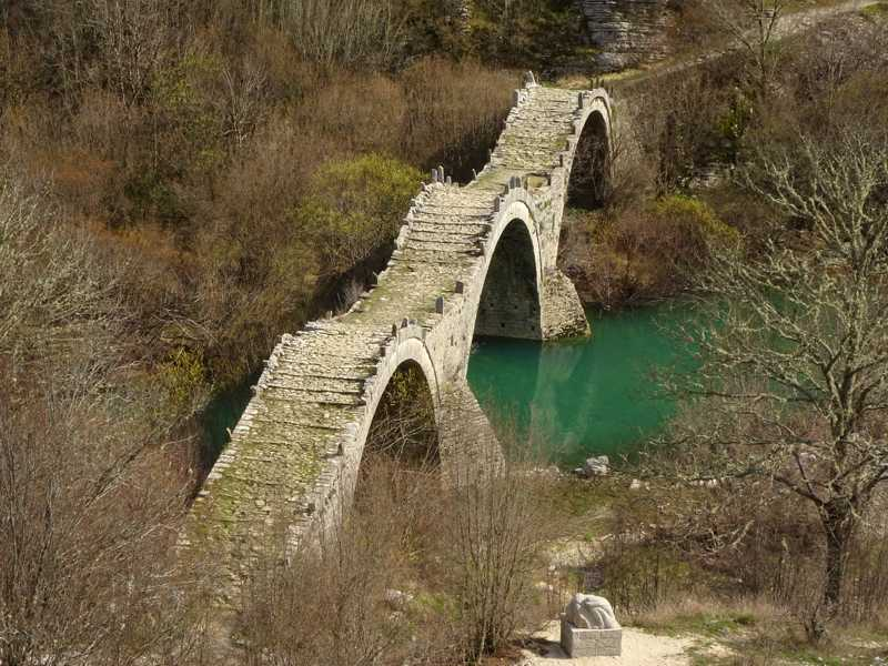 Hiking in Zagori: the 3-arched Plakidas stone bridge